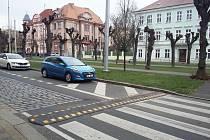 Nová zastávka MHD a zpomalovací retardér u přechodu pro chodce jsou na šanovském okruhu v ulici U Nových lázní v Teplicích, u hotelu Plaza.