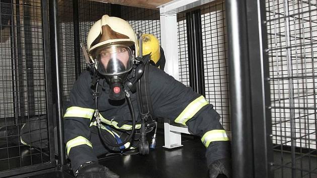 Fotoreportér Deníku prolezl s profesionálními hasiči v Teplicích protiplynový polygon v dýchacím přístroji při zátěžových testech