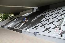 Streetartový umělec Kamil Vacek mění plochu pod mostem v Alejní ulici v Teplicích. Obří graffiti bude  připomínat letce RAF Kurta Taussiga.