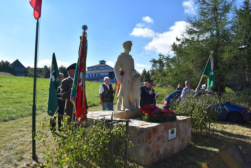 Na Cínovci i přes protesty aktivistů odhalili sochu pohraničníka.