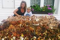 Takto plný stůl je snem každého houbaře. Rodina Chládkova z Teplic to nasbírala za tři hodiny. Na snímku malý Pepík s maminkou.