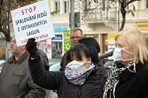 Zhruba stovka lidí si na Benešově náměstí u kašny v centru Teplic připomněla rok 1989, kdy právě zde bojovali za čistý vzduch. Demonstrativní setkání ale mělo podtext aktuálnosti. Přišli vyjádřit svůj nesouhlas s tím, aby se ostravské kaly spalovali