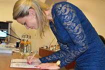 Z ustavujícího zastupitelstva v Bílině, starostka Zuzana Schvarz Bařtipánová.