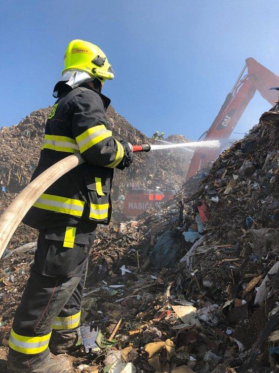 Dobráci z Hrobčic vyjeli k požáru skládky v Želechovicích
