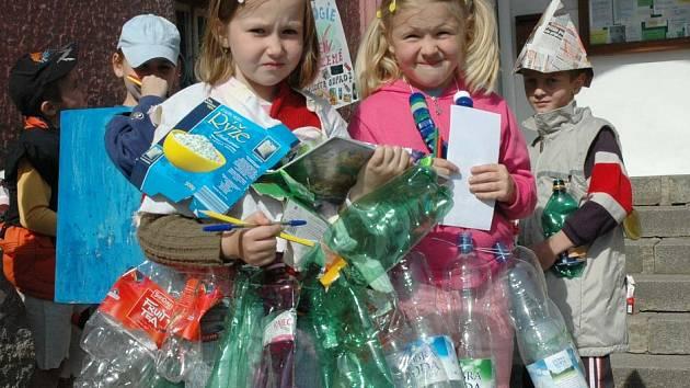 Děti se oblékly do odpadků.