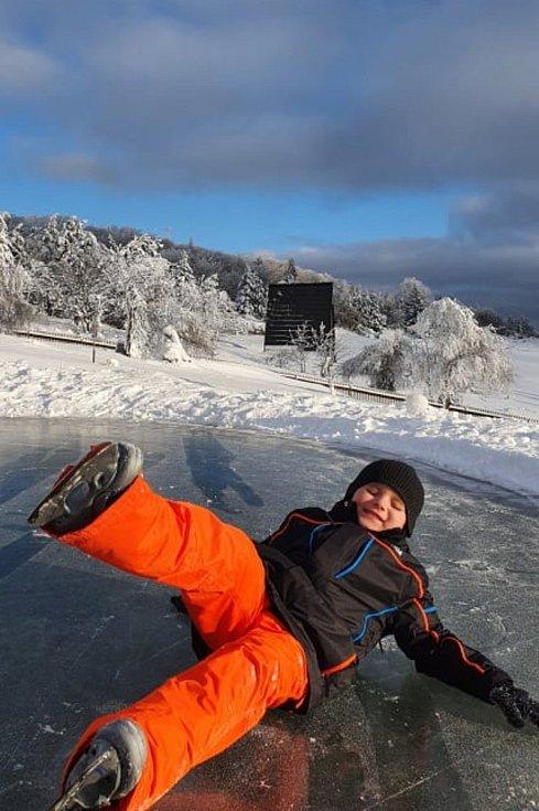 Oliver Stryja na soukromém rybníčku na Dlouhé louce.