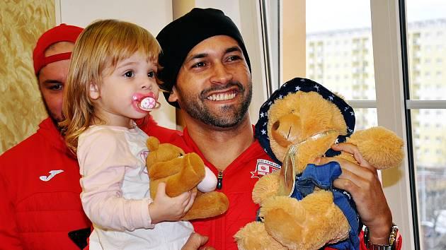 Futsalisté udělali radost dětem z nemocnice.