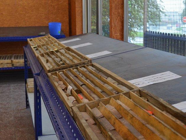 Vzorky hornin zvrtů na Cínovci