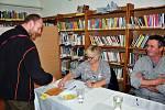 Volební místnost v knihovně v Žalanech na Teplicku