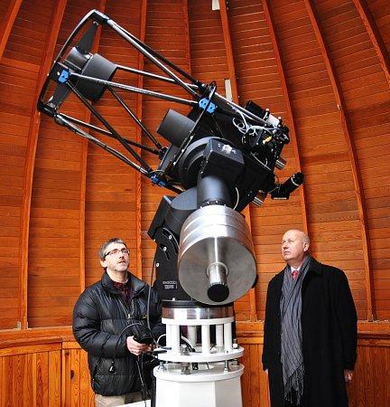 Nový dalekohled, vlevo ředitel hvězdárny Teplice Zdeněk Moravec, vpravo hejtman Oldřich Bubeníček.