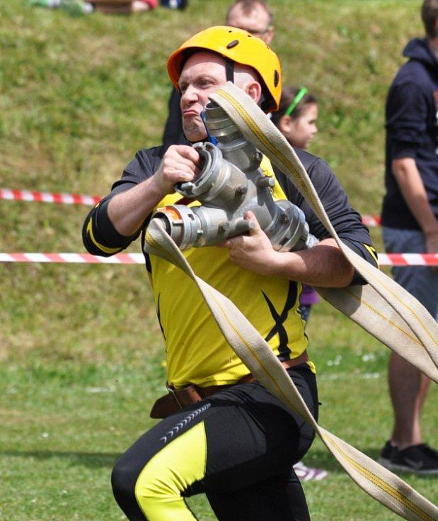 Třicítka hasičských mančaftů se sjela v sobotu do Štrbic na Teplicku, kde se konalo další kolo letošní Krušnohorské ligy v požárním útoku mužů a žen