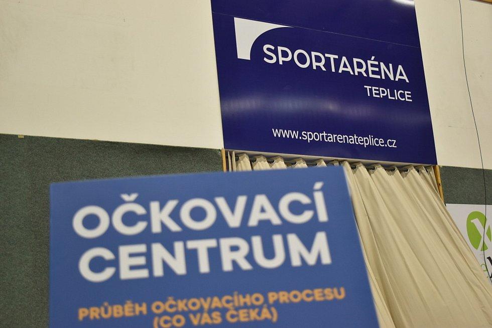 Očkování v Teplicích. Očkovací centrum je ve sportovní hale na Stínadlech. Město k očkovacímu centru objednalo autobusovou linku, která sváží seniory z centra města.