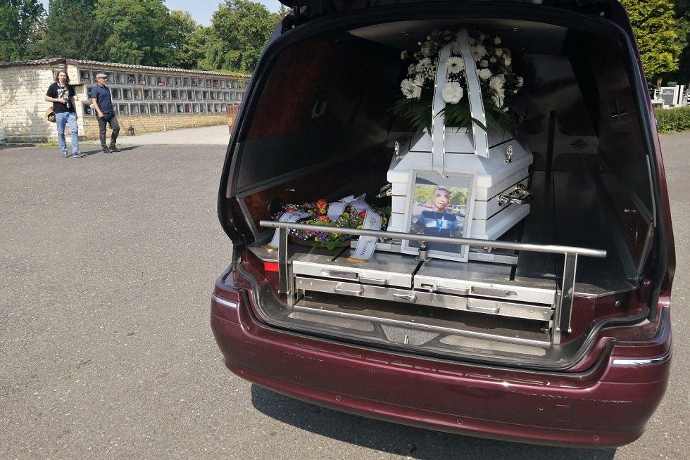 Pohřební vůz přiváží rakev na teplický hřbitov