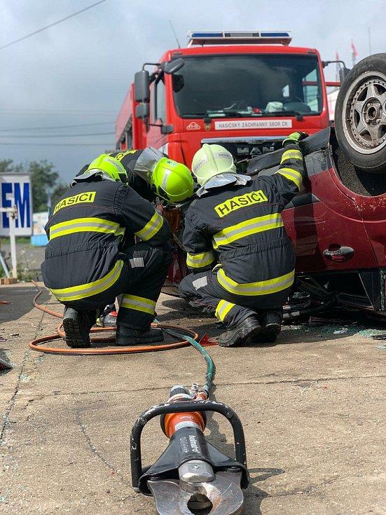Hasiči z Teplic a Duchcova trénovali vyprošťování osob z aut.