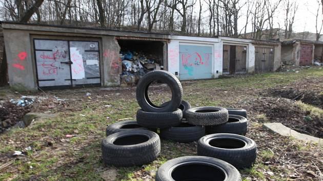 Nepořádek v opuštěných garážích