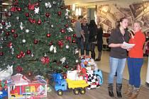Předání dárků ze Stromu splněných přání v OC Forum Ústí