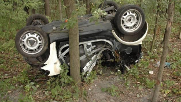 Německý řidiš sjel se svým smartem ze silnice. Auto se převrátilo a zaklínilo se mezi stromy.