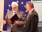 Z ustavujícího zasedání v Krupce, které vedl nejstarší člen Jiří Dbalý (vpravo).