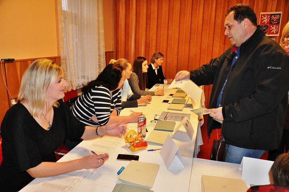 První den prezidentských voleb v Bystřanech na Teplicku