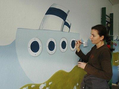 Zdi bystřanského domova důchodců zdobí veselé obrázky od malířky Hany Feixové.