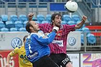 Teplický brankář Martin Slavík, který svádí souboj s Tomášem Sedláčkem,  se poprvé v jarní části sezony dočkal šance v první lize. V Českých Budějovicích inkasoval třikrát.