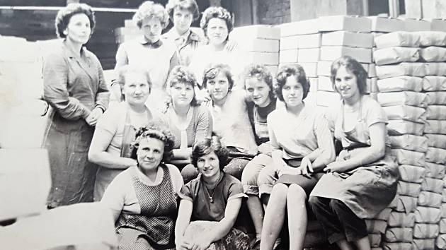 Kolektiv zaměstnankyň porcelánky v Duchcově