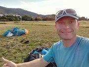 Přistání Davida Vojtěcha v Krupce po šesti hodinách letu