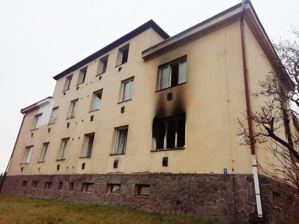 Vyhořelý byt v domě s pečovatelskou službou v Krupce