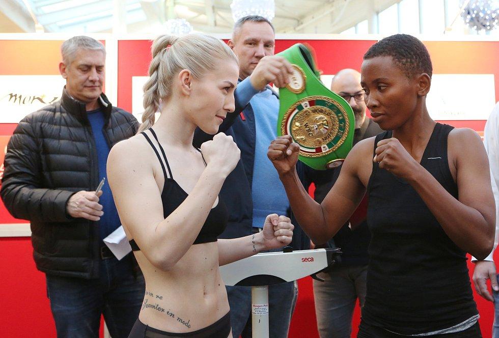 Vážení účastníků Boxing live proběhlo v OC Olympia Teplice.