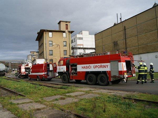 Cvičení hasičů vchemičce ve Velvětech, kde byla nahlášená havárie - prasklo potrubí slouhem, potřísnilo to lidi vmístě havárie.