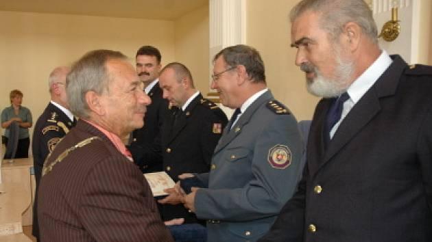 Předávání pamětních medailí hasičům