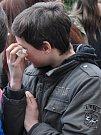 Kamarádi mrtvé školačky uspořádali pietní akt, sešli se u školy Buzulucká v Teplicích a zapálili svíčky.