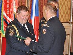 Předávání služebních medailí hasičům HZS Ústeckého kraje. Na snímku Pavel Musil (vlevo) ze stanice Děčín.
