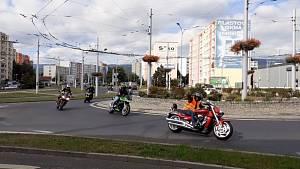 Průjezd dvou stovek motorkářů kruháčem v Trnovanech.