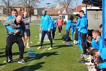 Stalo se již tradicí, že fotbalisté pražské Sparty si před zápasy v Teplicích lehce zatrénují na hřišti v Proboštově.