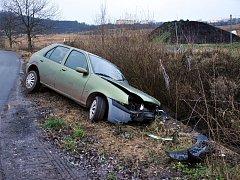 Na silnici mezi Drahkovem a Starými Srbicemi na namrzlé vozovce dostal osobní automobil smyk a sjel do příkopu.