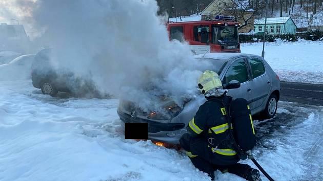 V Dubí hořelo auto. Požár hasiči zlikvidovali za pár minut