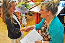 Buzulucká základní škola vyhlásila prázdniny, děti už mají vysvědčení.