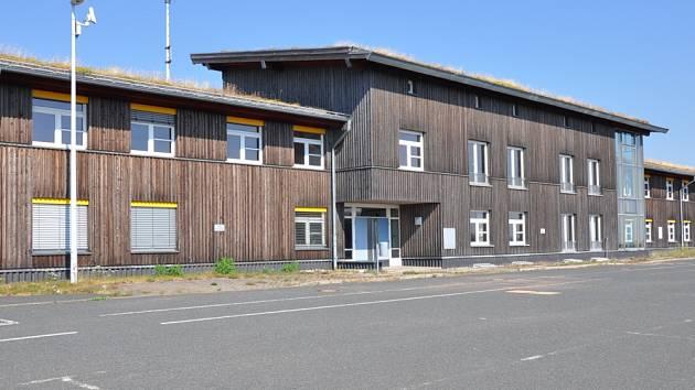 Budova na německé straně hranic pro uprchlíky. Dříve tam byla česká cizinecká policie.