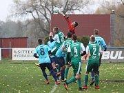 Baník Modlany (v zeleném) doma porazil FK Jílové 2:1.