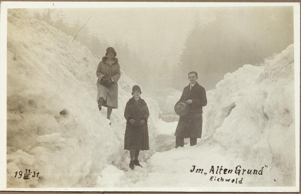 Zima v Krušných horách na archivních pohledech a fotografiích. Ledování na potoce v Dubí v roce 1931.