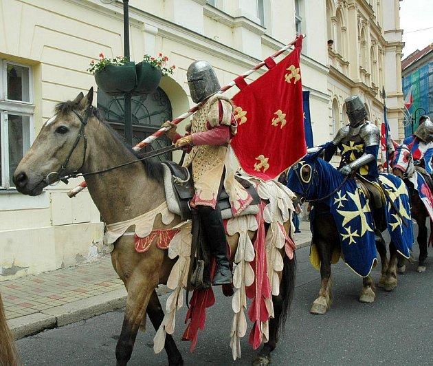 Rytíři spanilou jízdou na ořích pozdravili město a Tepličany