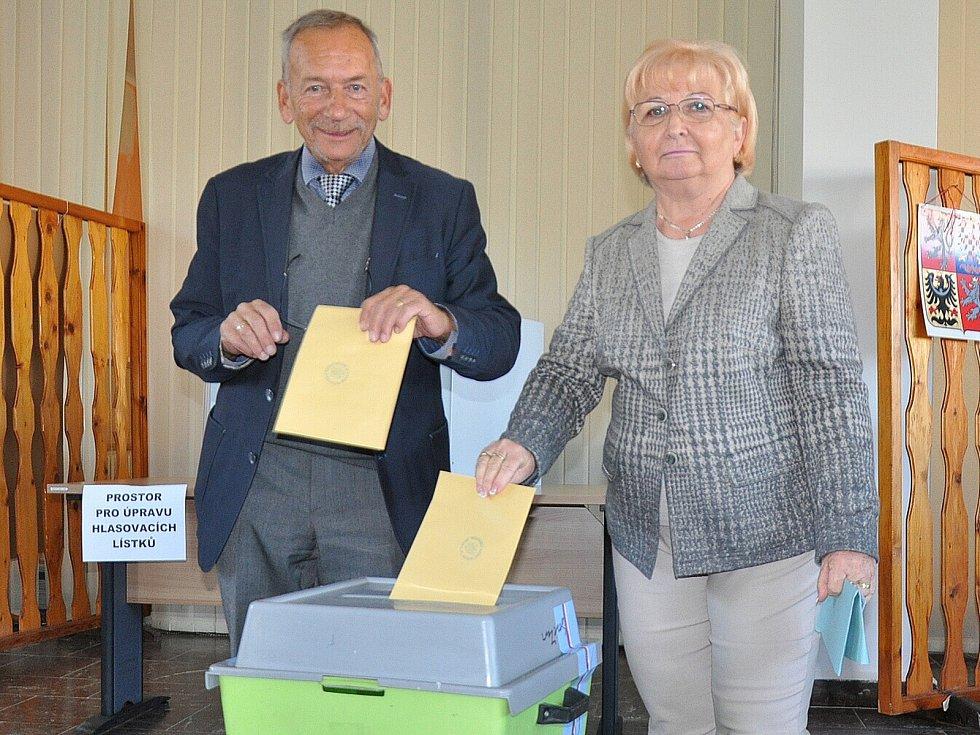 1. den voleb na Teplicku, manželé Kuberovi.