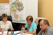 Zasedání zastupitelstva města Duchcov. Starostka Jitka Bártová (uprostřed)