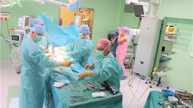 V novém pavilonu operačních sálů teplické nemocnice Krajské zdravotní první zákrok provedli ortopedi.