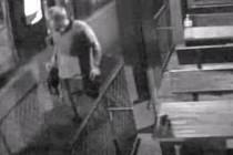 Žádáme veřejnost o pomoc při pátrání po neznámém pachateli, který 8. května 2016 kolem čtvrté hodiny ráno odcizil na diskotéce v areálu Luna v Trnovanech pánskou tašku.