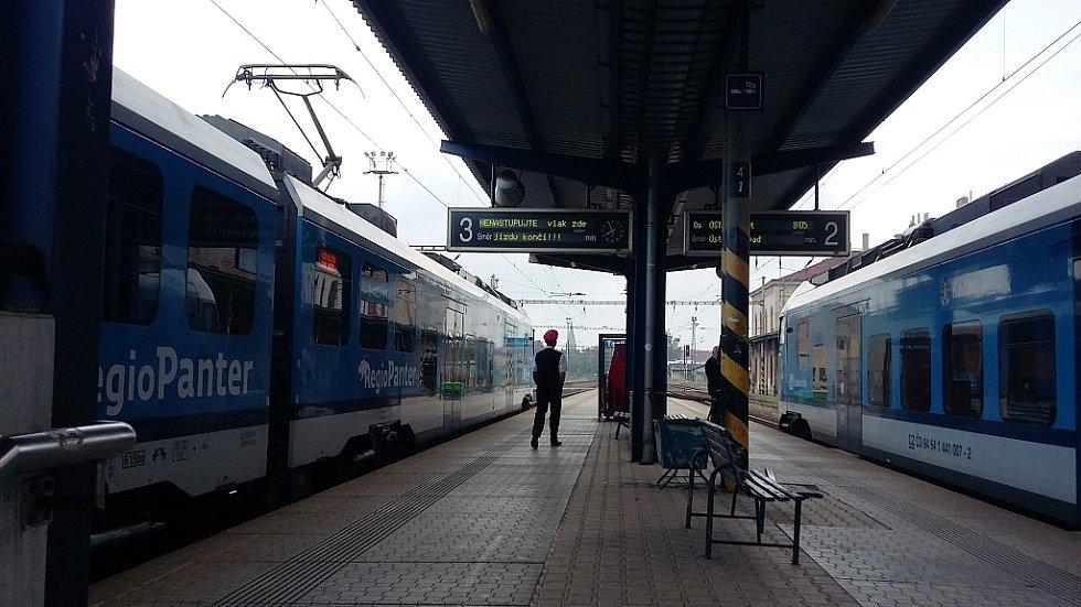 Policisté byli na nádraží v Teplicích už v úterý. Tehdy výbuchem zahrozil po telefonu anonym.