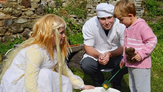 Padesátku pohádkových postav mohly vidět děti v sobotu odpoledne na hradě Sukoslav  u Kostomlat pod Milešovkou.