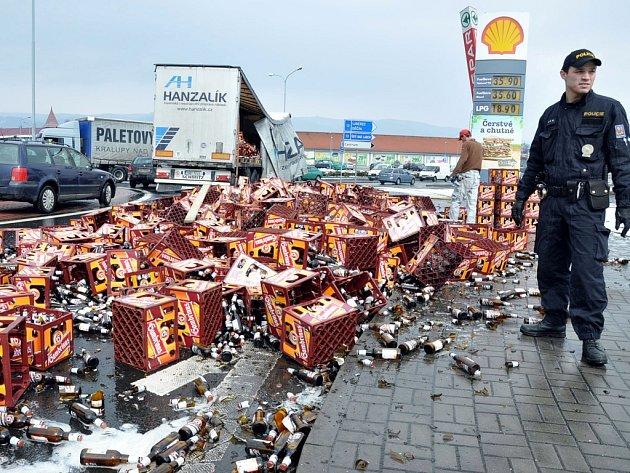 Na kruhovém objezdu u Intersparu v Teplicích vypadly z kamionu přepravky s pivem Gambrinus. Náklad se asi z jedné třetiny vysypal na ulici.