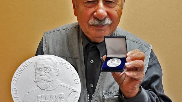 Vladimír Mjalovský a pamětní medaile ke 150. výročí sboru dobrovolných hasičů v Teplicích.